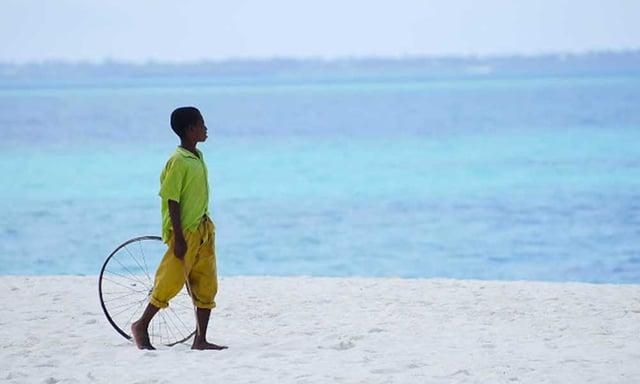 Enfant marchant sur une plage de Zanzibar