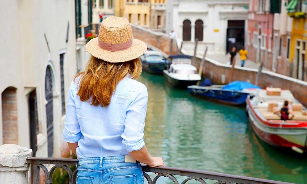 Une femme qui regarde un canal à Venise