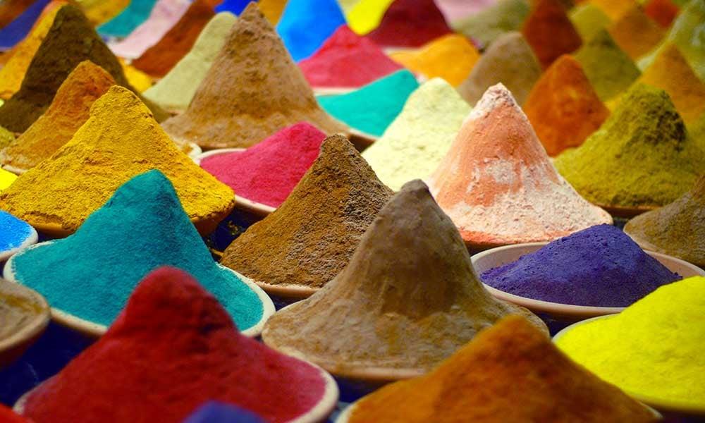 Épices et poudres colorées en Inde