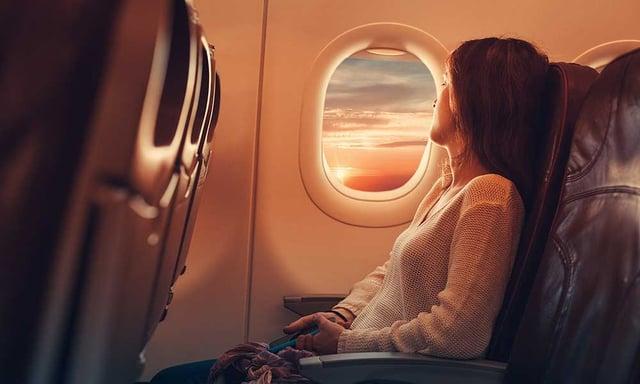 Une femme assise dans un avion