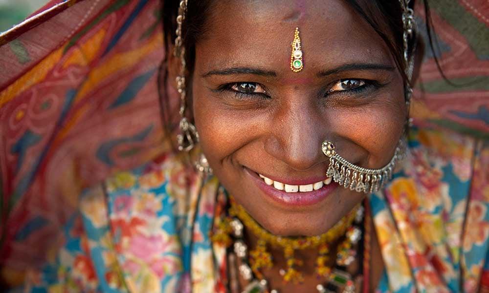 Indienne souriante portant des bijoux