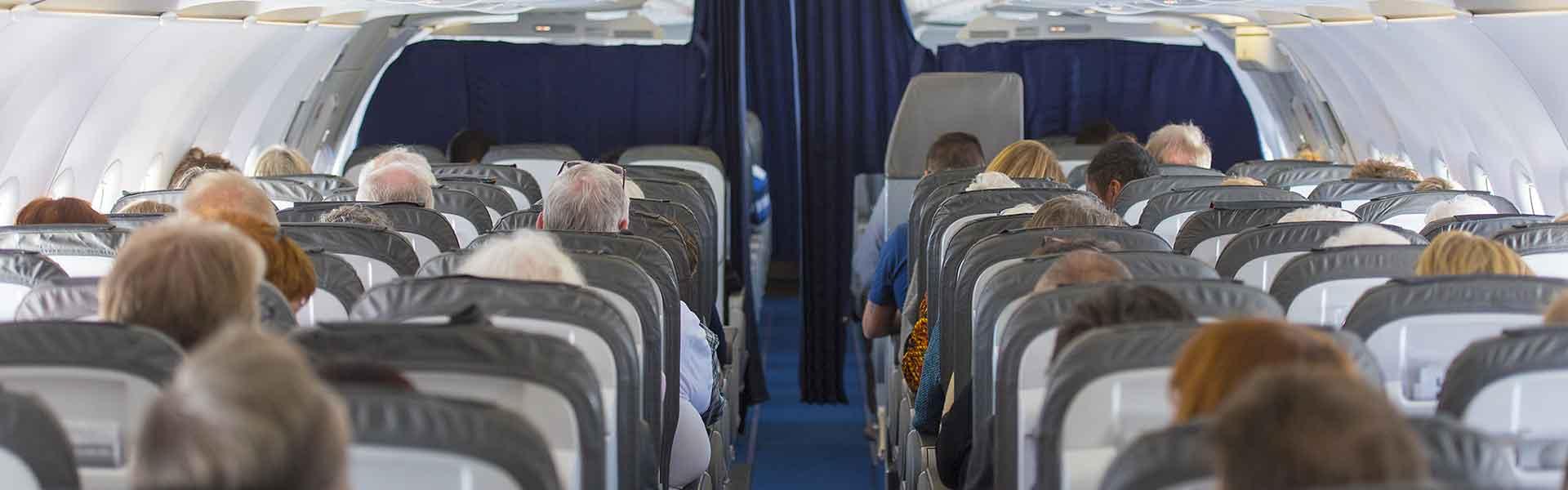 Un groupe de passagers dans un avion