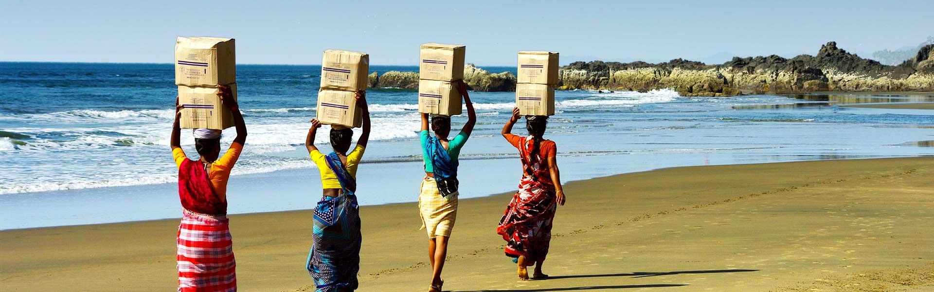 Indiens transportant des boîtes