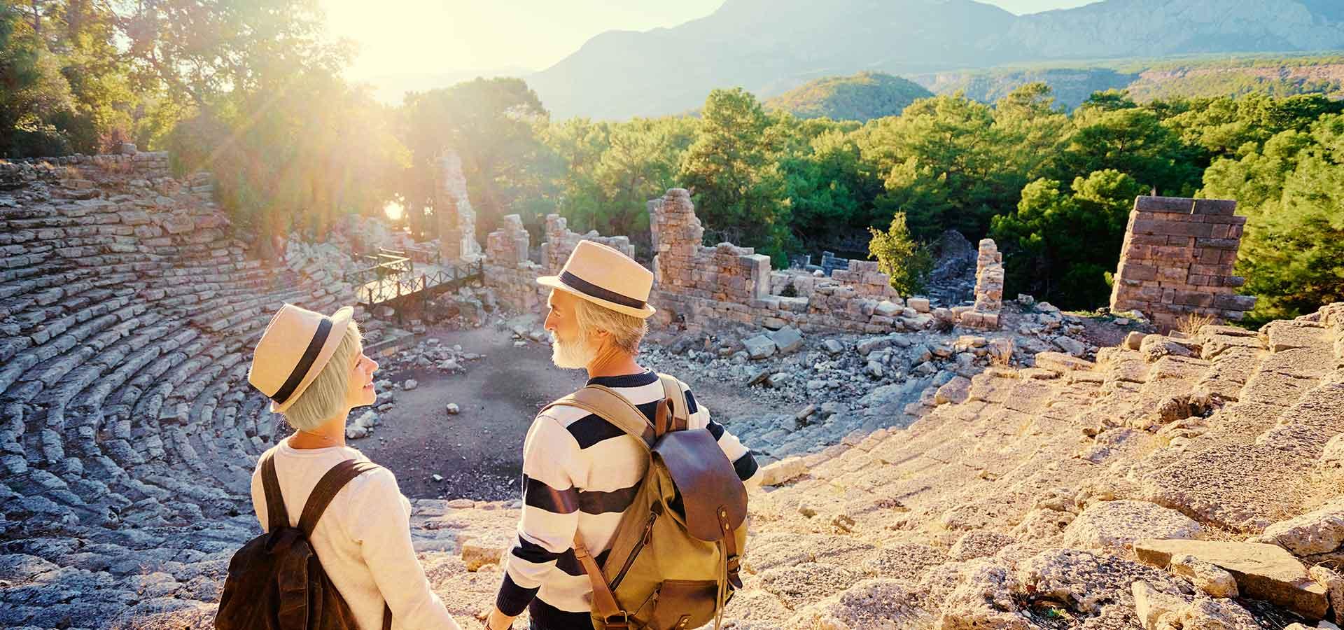 Couple en voyage devant un site historique